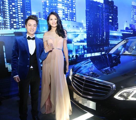Tuy nhiên vì Đăng Khôi mệnh Thuỷ, không hợp với xe màu đỏ nên anh đã sắm một chiếc Mercedes E200. Mẫu xe này cũng có giá khoảng 3 tỷ đồng.