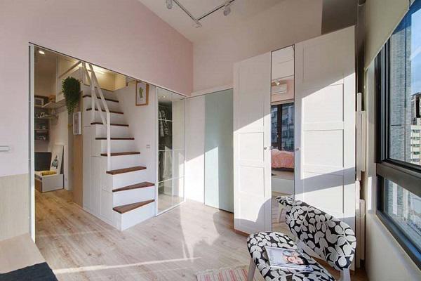 Giữa phòng ngủ của bố mẹ và hai bé là chiếc cửa kéo trắng thông phòng cực kỳ tiện lợi.