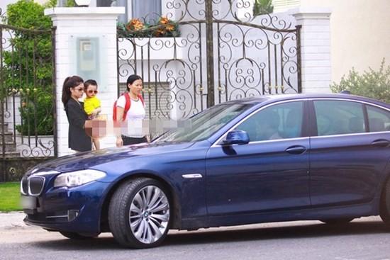 Gia đình Đăng Khôi thường đi lại bằng chiếc BMW màu xanh đen có giá khoảng 2 tỷ đồng.