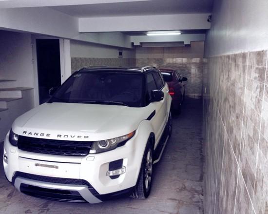 Trong hầm nhà Đăng Khôi còn có chiếc Range Rover màu trắng, có giá khoảng 2 tỷ đồng. Đây cũng là dòng xe mà nhiều sao Việt như Tuấn Hưng, Tăng Thanh Hà... từng sử dụng.