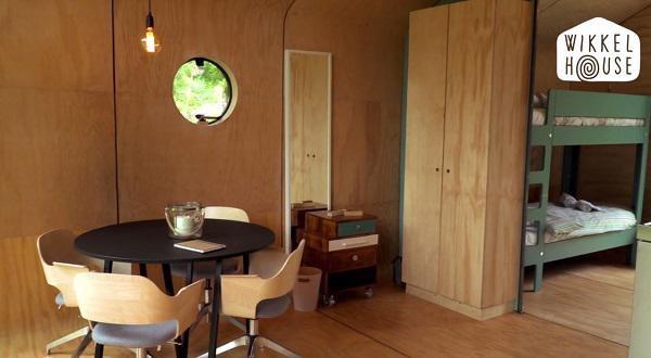 Không gian tuy nhỏ nhưng vẫn đủ chỗ đặt một bộ bàn ăn gỗ xinh xắn dành cho 4 người, kế bên là phòng ngủ được ngăn cách với bếp bằng một chiếc tủ gỗ.
