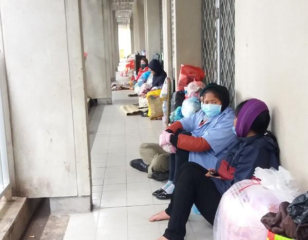 Hàng trăm người co ro dưới thời tiết lạnh giá phía ngoài hành lang. (Ảnh: Minh Ngọc).