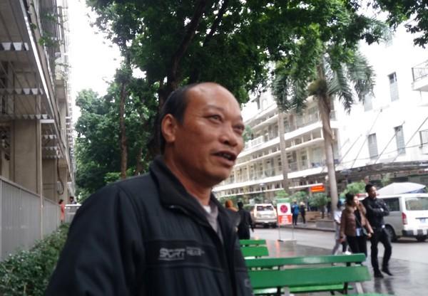 Ông Phạm Văn Thanh 56 tuổi, quê ở Hải Phòng là người nhà một bệnh nhân nữ vừa nhập viện vào sáng 9/1 chia sẻ về cái rét bất ngờ. (Ảnh: Minh Ngọc).
