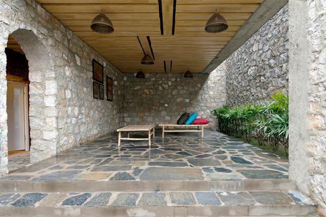 Hiên nhà thoáng rộng được đặt thêm 2 chiếc chõng tre để hóng mát, nghỉ ngơi.