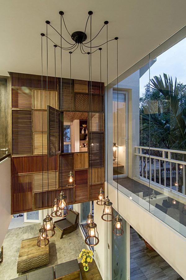 Khung cửa lớn mang ánh sáng, không khí và gió trời đến mọi ngóc ngách trong nhà.