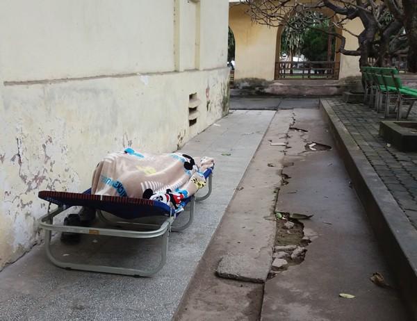 Người nhà bệnh nhân nằm ngủ phía ngoài hành lang bệnh viện. (Ảnh: Minh Ngọc).