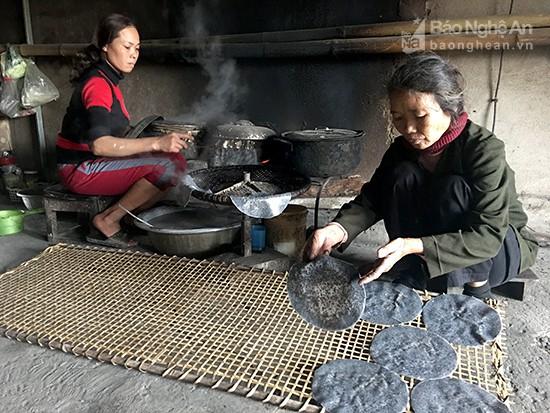 Gia đình chị Nguyễn Thị Xuân, làng nghề Vĩnh Đức có ngày tráng đến 1.500 chiếc bánh đa. Ảnh: Lê Ngọc Phương