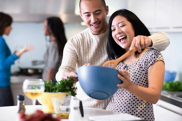 Một người chồng tốt là người không bao giờ để vợ phải tự xác định: Việc nhà là của mình. Anh ấy sẽ luôn coi đó là công việc chung và tự nguyện hỗ trợ vợ hết sức có thể. (Ảnh minh họa)