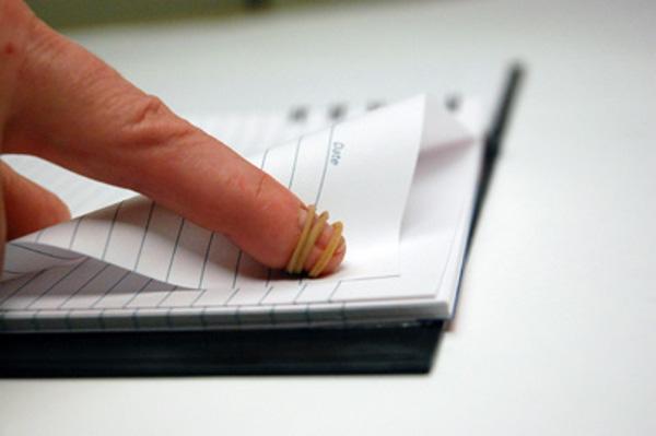 Bạn đang ôn thi hay là dân mọt sách lâu năm? Hãy buộc một chiếc dây chun vào đầu ngón tay xem, việc lật trang sách sẽ đơn giản hơn nhiều đấy!