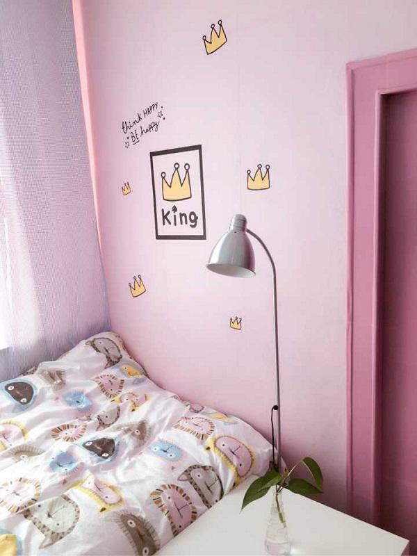 Việc đầu tiên cần làm để thay đổi diện mạo ngôi nhà là khiến cho những bức tường đơn điệu trở nên sinh động hơn.