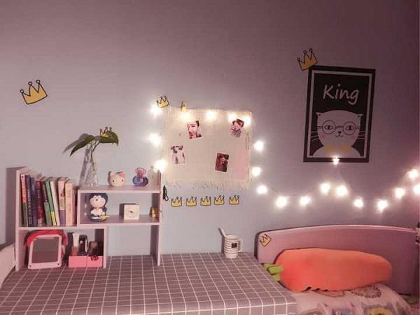 Bên cạnh giường là chiếc bàn dài vừa để làm việc vừa để đọc sách với khăn bàn caro làm điểm nhấn.