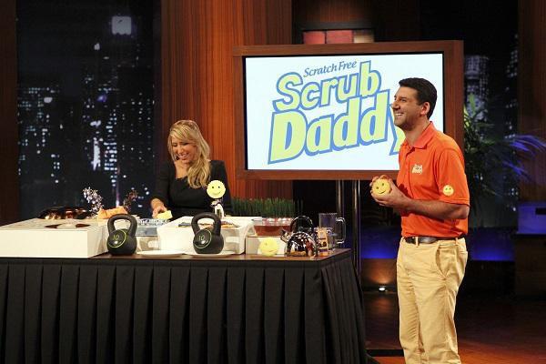 Cha đẻ Aaton và đứa con cưng Scrub Daddy tại Shark Tank Mỹ năm 2012.