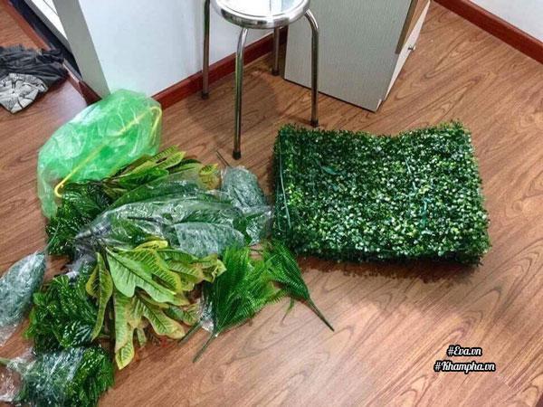 Nguyên liệu gồm có lưới mắt cáo, thảm cỏ nhựa, bụi lá (nên lựa bụi lá nhánh nhiều, lá to nhỏ xen kẽ) và dây kẽm nhỏ để cột.