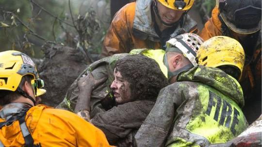 Một phụ nữ được cứu tại Montecito. Ảnh: Reuters