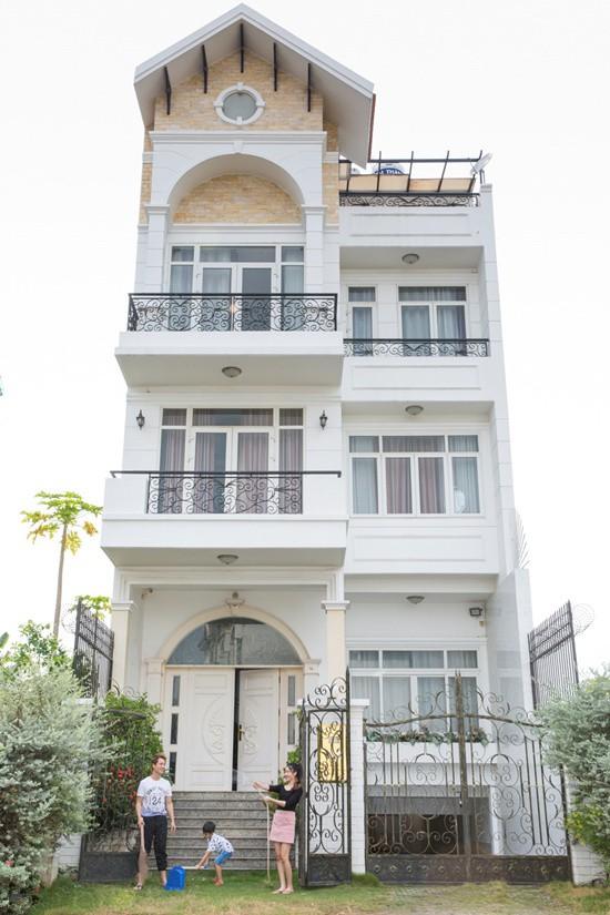 Biệt thự của Đăng Khôi có diện tích 150 m2 với một tầng hầm và 4 tầng lầu. Anh hoàn thành ngôi nhà vào năm 2012 – ngay khi con trai đầu lòng chào đời. Biệt thự nằm trong khu đất vàng ở quận 7, TP.HCM.
