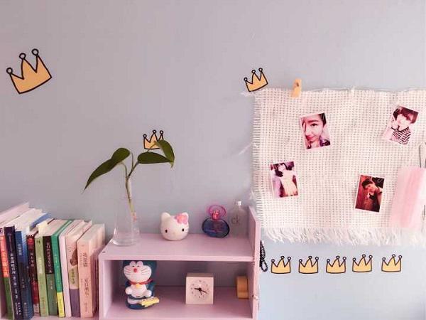 Kệ sách sắp xếp đồ dùng rất gọn gàng mà lại tạo nên một không gian vô cùng xinh xắn với gam màu xanh - trắng - hồng.
