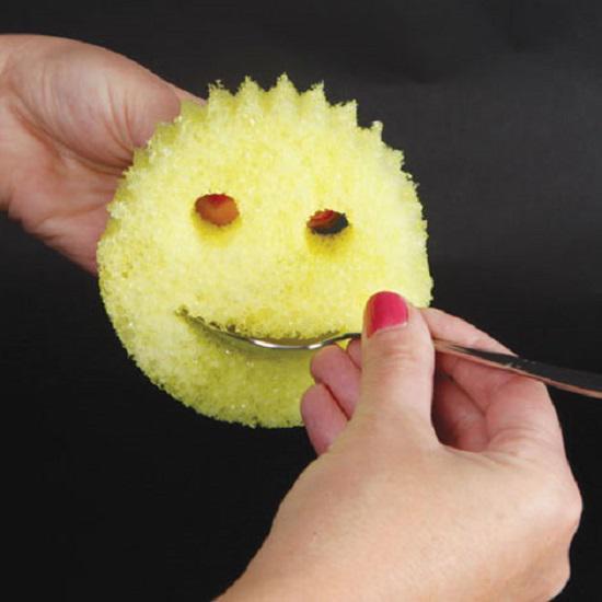 Thiết kế mặt cười với phần miệng để lau chùi các đồ vật dẹt bị bẩn hai mặt như thìa, dĩa,… còn đôi mắt là nơi để luồn ngón tay vào giữ chặt miếng mút.