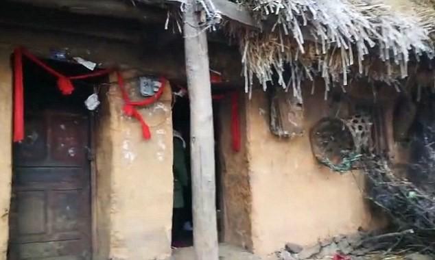 Ngôi nhà đơn sơ và đôi tay lạnh cóng của Mãn, cùng ngôi trường em theo học. Ảnh: Nhân Dân Nhật Báo.