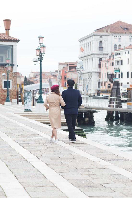 Ngọc Anh chia sẻ, Venice luôn là điểm đến lý tưởng dành cho những cặp đôi đang yêu nên cô muốn thực hiện MV tại đây. Thời điểm ê kíp đến Italy, thời tiết lạnh 5 độ C khiến nữ ca sĩ gặp nhiều khó khăn khi quay phim. Cô gần như đông cứng ở những phân đoạn mặc váy mỏng manh, hở trọn lưng trần.