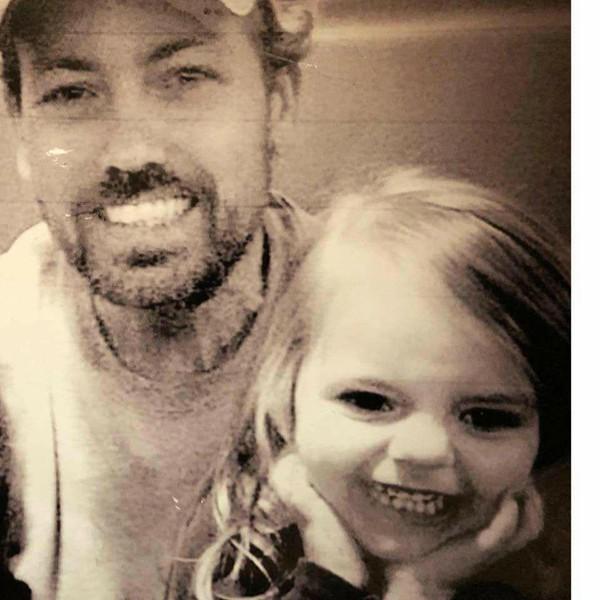 Bức ảnh vui vẻ của ông Sean và cháu gái trước khi Braylynn phải nằm viện. Ảnh: Facebook