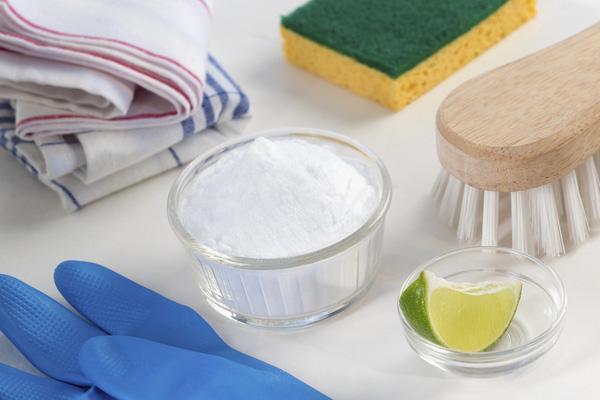 Hoà tan hỗn hợp gồm: amoniac, nước cốt chanh và bột giặt rồi bôi hỗn hợp đó lên vết mực trên tường. Bạn lấy khăn trắng chà nhẹ để đánh bay vết mực.