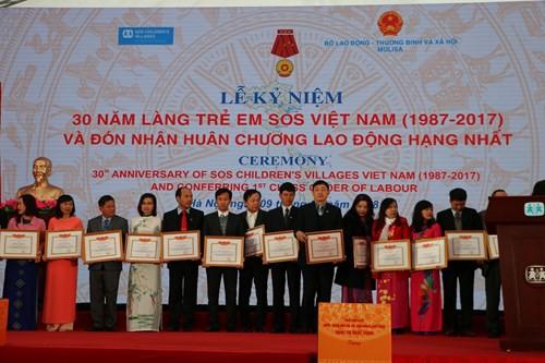Trao Bằng khen cho các tổ chức, cá nhân có thành tích tốt trong các hoạt động của Làng Trẻ em SOS Việt Nam.
