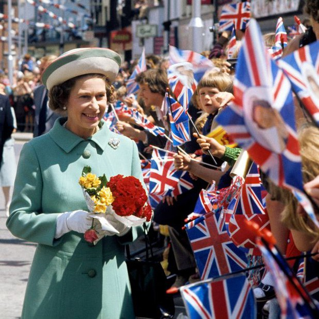 Nữ hoàng luôn được người dân Anh và khắp thế giới tôn kính như một biểu tượng quyền lực của Hoàng gia.