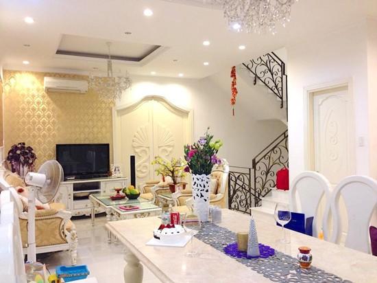 Ngôi nhà được thiết kế theo phong cách bán cổ điển do chính Đăng Khôi lên ý tưởng và giám sát xây dựng. Gam màu chủ đạo là trắng và vàng. Tổng giá trị của biệt thự lên đến hơn 20 tỷ đồng.