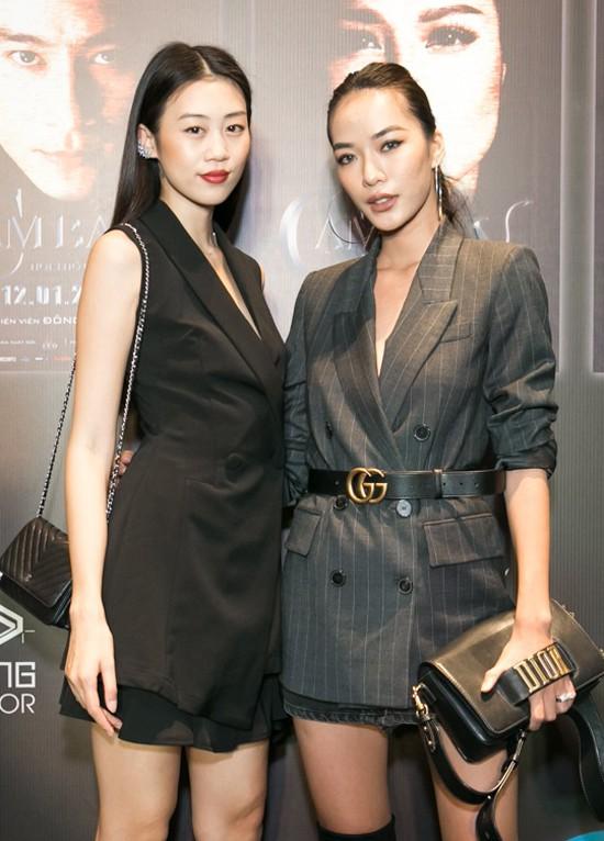 Hai chân dài Kiki Lê, Thoại Tiên cũng đến thưởng thức tác phẩm dán mác 18+ của Nhật Kim Anh.