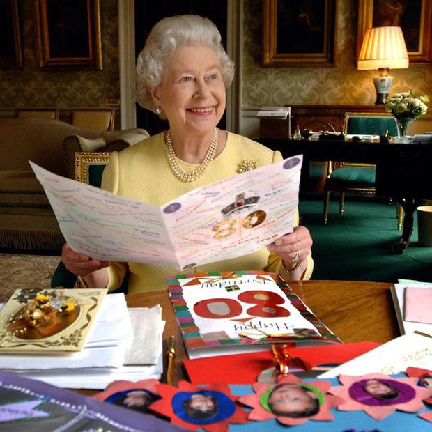 Nữ hoàng Elizabeth II trong lễ sinh nhật tuổi 80 của mình với rất nhiều thư và thiệp chúc mừng từ khắp nơi gửi đến.