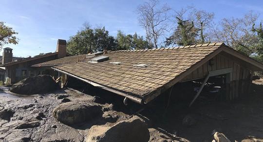 Bùn đất ngập lên tận mái nhà ở Montecito. Ảnh: AP