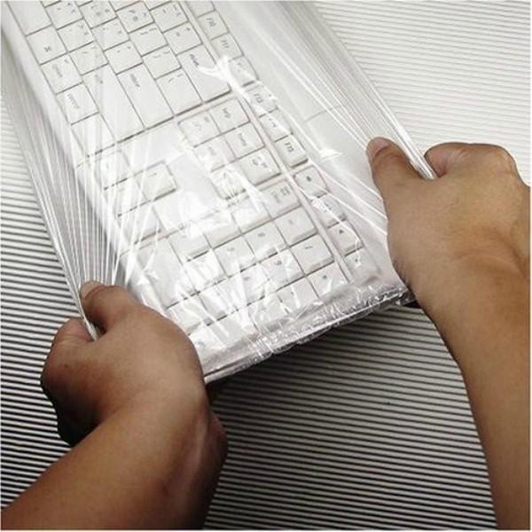 Điều khiển tivi, điều hoà rất dễ bị bám bụi bẩn và rất khó để lau chùi sạch sẽ. Chỉ cần dán một lớp màng bọc lên những thiết bị này bạn sẽ không còn phải lo lắng về vấn đề này nữa. Bạn cũng có thể áp dụng cách này cho bàn phím laptop.