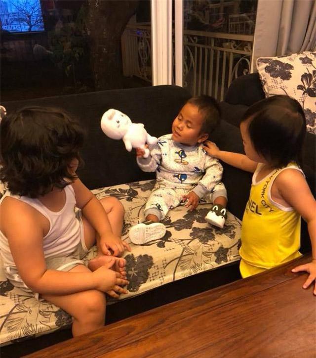 Tuy đã 6 tuổi nhưng vóc dáng của Pàng rất nhỏ bé so với con của vợ chồng chị Phương. Ảnh NVCC