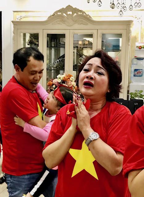 """Và cảm xúc thực sự vỡ òa khi Việt Nam giành chiến thắng. Điều thú vị là trước khi bước vào loạt đá luân lưu, nghệ sĩ Trà My dự đoán rằng, thủ môn Tiến Dũng sẽ phá được hai quả đá phạt của đội Qatar. Khi diễn biến xảy ra đúng như dự đoán, chị bảo, đó là dựa vào sự """"mách bảo"""" của linh cảm."""