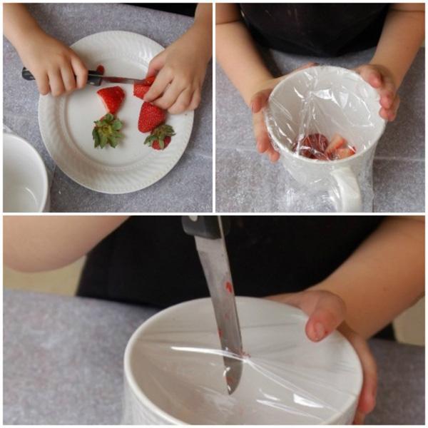 Cắt một vài miếng trái cây đặt vào bát lớn, sau đó dùng màng bọc thực phẩm bọc kín lại, bạn rạch một vết cắt nhỏ trên bề mặt để thu hút ruồi đậu vào và không thể thoát khỏi chiếc bẫy đó.