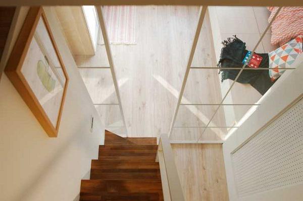 Nổi bật nhất là thiết kế gác lửng độc đáo và tiện lợi, giúp mở rộng diện tích sinh hoạt của căn hộ.
