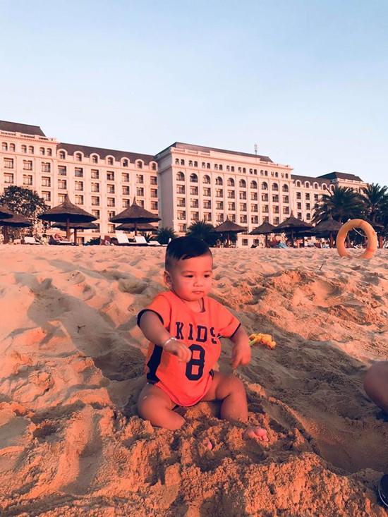 Bé Nu cũng rất thích được nghịch cát, tắm nắng.