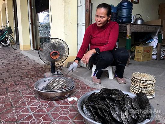Bánh đa được kẹp vỉ nướng bằng than nóng. Ảnh: Lê Ngọc Phương