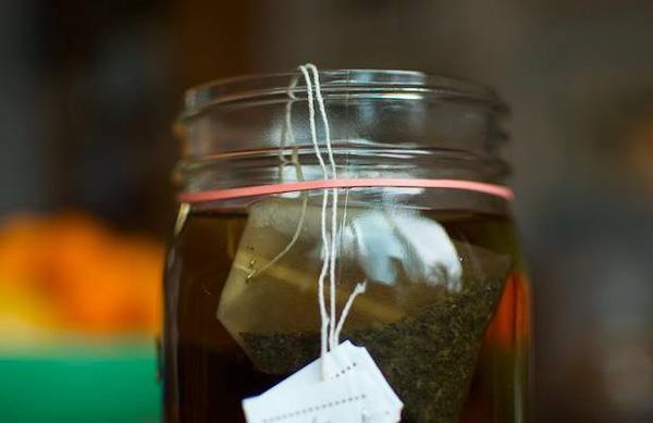 Hãy cố định dây túi trà lọc bằng dây thun và nó sẽ không rơi tõm vào trong cốc của bạn nữa đâu.