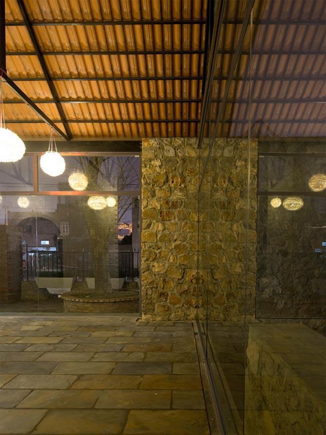 Các bức tường đá dày tới 70cm nhưng không hoàn toàn khép kín, tránh mang đến cảm giác như một khối hộp cứng ngắc.