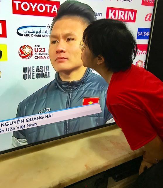 """MC Thảo Vân có khoảnh khắc bày tỏ sự hâm mộ với cầu thủ Nguyễn Quang Hải. Chị còn hài hước tuyên bố """"từ đây sẽ yêu tất cả những người tên Hải"""""""