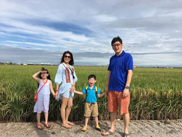 Con trai thứ hai của họ hiện học năm cuối mẫu giáo. Ở nhà, chị Ly dạy hai bé tiếng Việt nên giờ chúng đều có thể viết và đánh vần thành thạo.