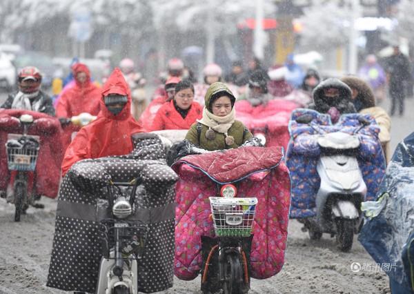 Để chống chọi với cái rét kỷ lục, phụ nữ Trung Quốc phải mang những trang phục kỳ dị này ra đường. Hình ảnh này đã được đăng tải trên khắp các trang báo quốc tế.