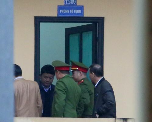 Ông Đinh La Thăng tại phòng Tố tụng trước giờ xét xử sáng nay. Ảnh VnExpress