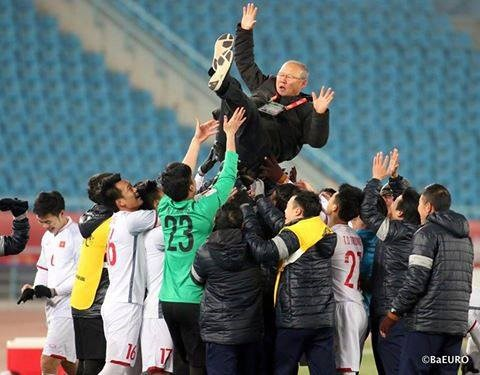 Thầy Park được học trò tung lên ăn mừng chiến thắng vang dội