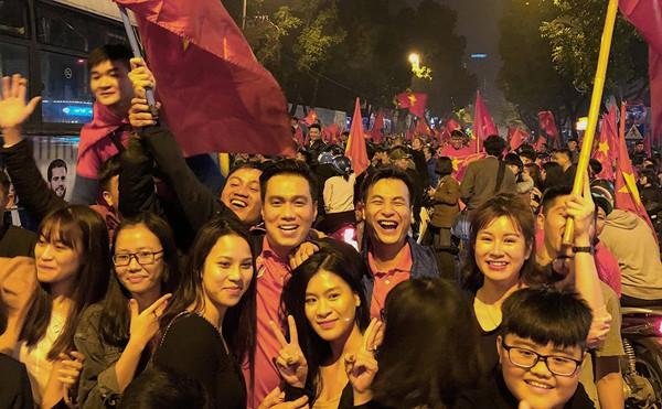 Việt Anh Người phán xử xuống đường ăn mừng chiến thắng.