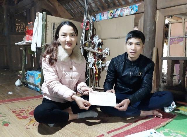 Đại diện báo Gia đình và Xã hội trao số tiền 10.075.000 đồng của bạn đọc ủng hộ đến gia đình anh Đinh Xuân Biết.