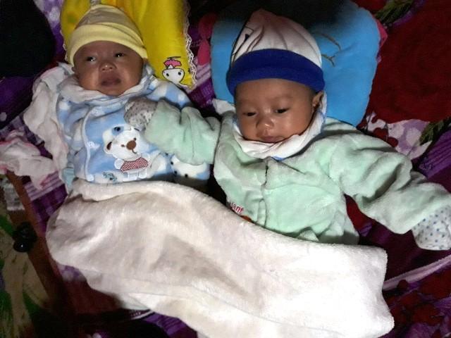 Cặp bé song sinh đã nhận được rất nhiều món quà ý nghĩa từ các nhà hảo tâm. Ảnh: PV