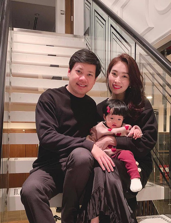 Hoa hậu Đặng Thu Thảo chia sẻ hình ảnh lần đầu đón năm mới của con gái Sophie. Người đẹp và ông xã - doanh nhân Trung Tín - diện trang phục đen ton-sur-ton trong khi con gái đầu lòng điệu đà với áo hồng và nơ cài tóc.