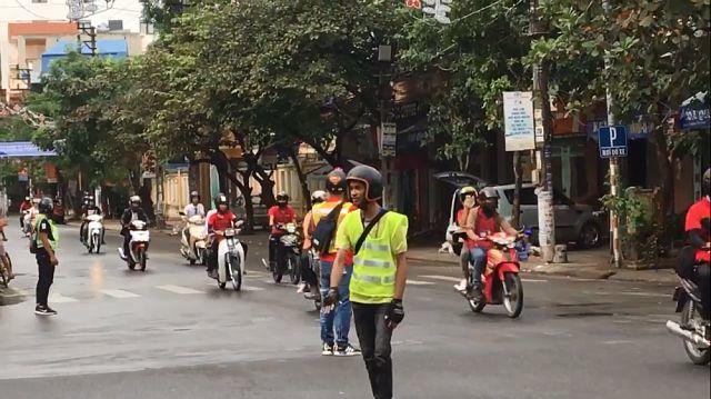 Nhóm phượt thủ ra giữa đường để chặn phương tiện di chuyển từ hướng giao cắt.